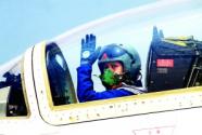 歼击机女飞行员养成记:清晨4点半开始练 每日飞行7个小时