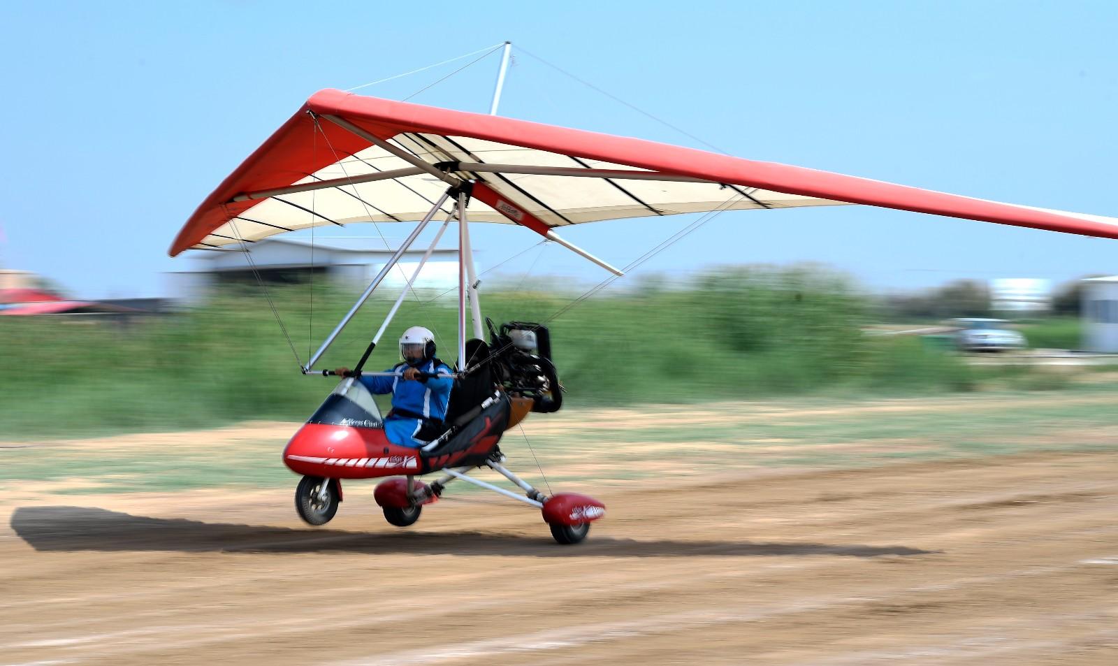 刘亦兵在飞行营地驾驶动力三角翼飞机(6月21日摄)