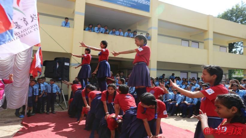 中國扶貧基金會向尼泊爾聾啞學生贈送學習用具