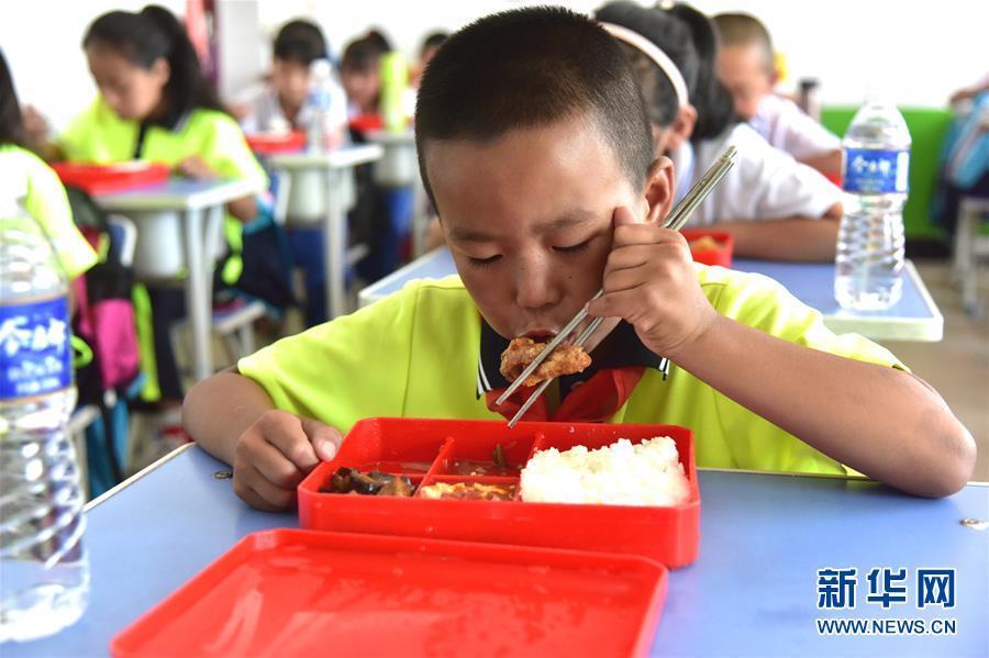 (在习近平新时代中国特色社会主义思想指引下――新时代新作为新篇章・总书记关心的百姓身边事・图文互动)(3)一蔬一饭都是爱――3700万农村娃的营养餐故事
