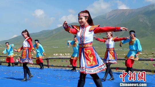 图为少数民族民众载歌载舞。 李隽 摄