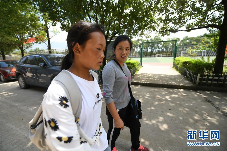 (热点鲜报·图文互动)(1)为了大凉山的下一代,她奔赴在助学路上